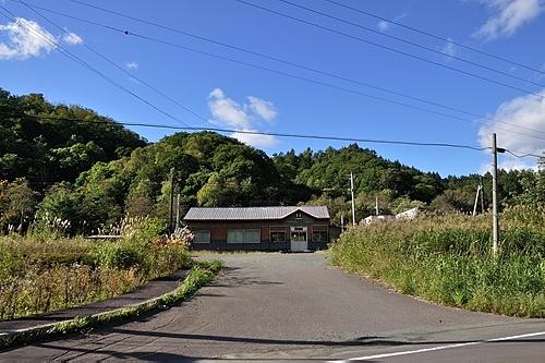 駅舎と駅前通り