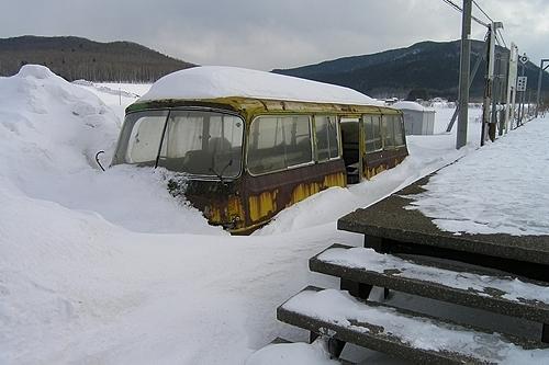 雪に埋もれる冬の待合室