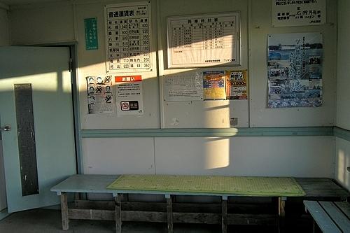 知来乙駅・駅舎内