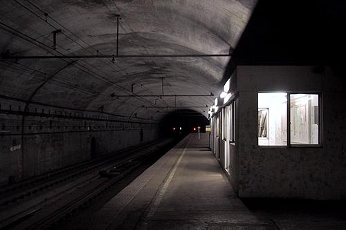 土合駅地下ホームと待合室