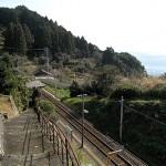 波田須駅全体と海