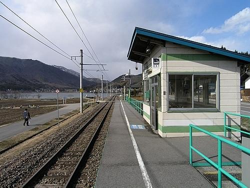 稲尾駅ホームと待合室