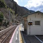 為栗駅ホームと待合室
