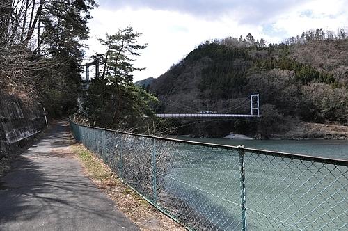 駅前通りと吊り橋