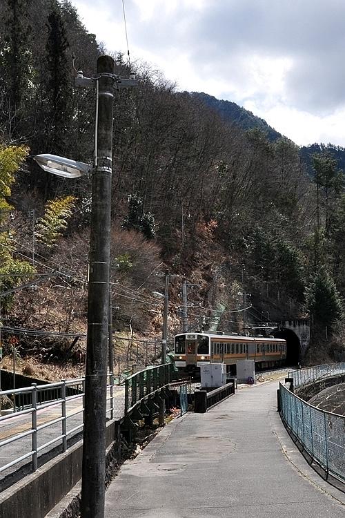 為栗駅に到着する飯田線普通列車