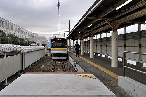 海芝浦駅ホームと鶴見線車両