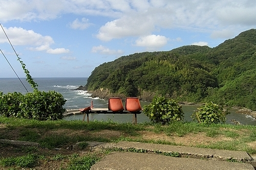 海側を向いたベンチ