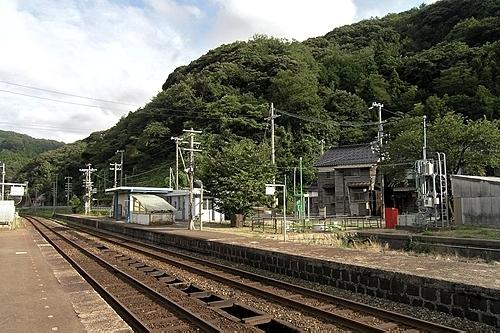 鎧駅ホームと駅前の山