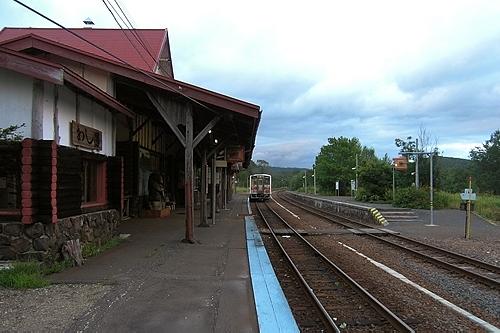 釧網本線の列車と川湯温泉駅ホーム