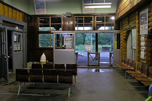 駅舎内と喫茶店