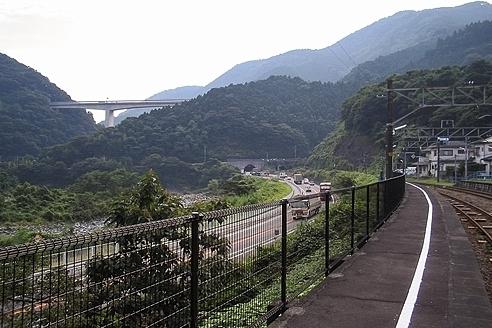 国道246号と酒匂川