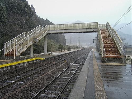 ホームと跨線橋