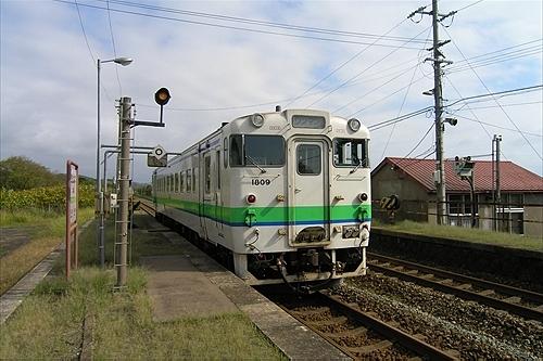 北豊津駅に列車が到着