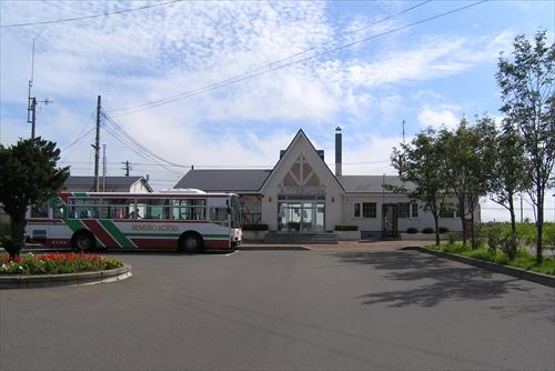 駅舎とバス