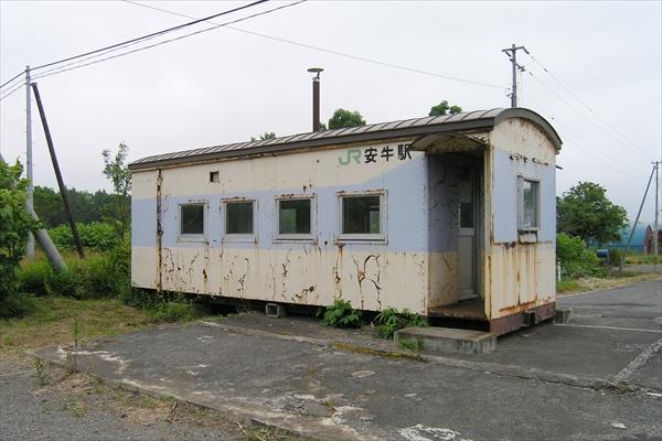安牛駅駅舎(線路側)