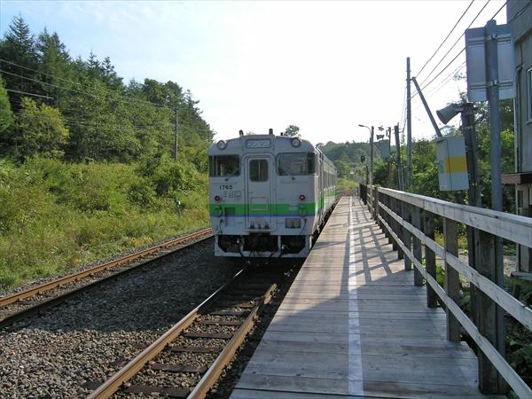 古瀬駅下り線ホームと列車