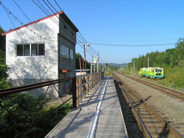 古瀬駅下り線ホームと駅舎