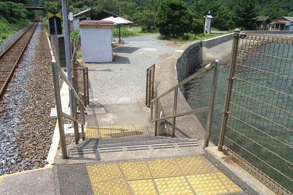 ホーム階段と駅前