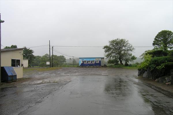 駅前から見た駅舎正面